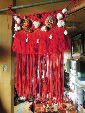 何年も経て、この赤になった装束